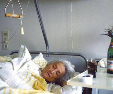 oude vrouw in ziekenhuis